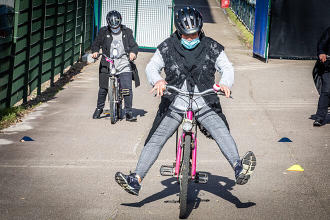 Vrouwen leren fietsen Genk Mine Dalemans 3 van 8