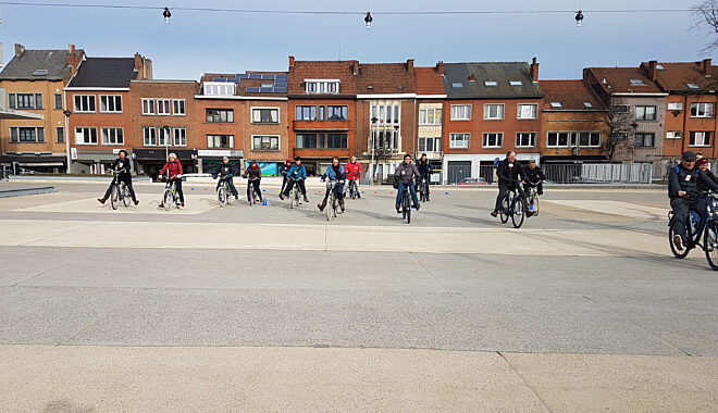 vrijwilligers op fiets